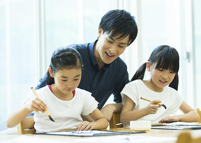 習字を習う少女二人